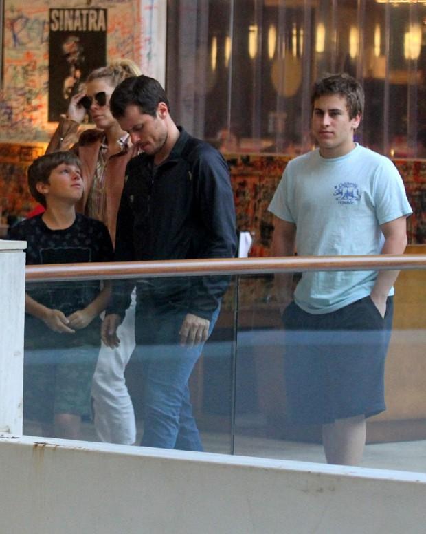 Carolina Dieckmann e a família passeando em um shopping no Rio (Foto: AgNews)