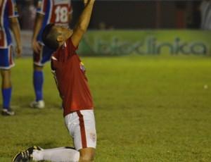 Jogadores comemoram aliviados a classificação (Foto: Felipe Martins/GLOBOESPORTE.COM)