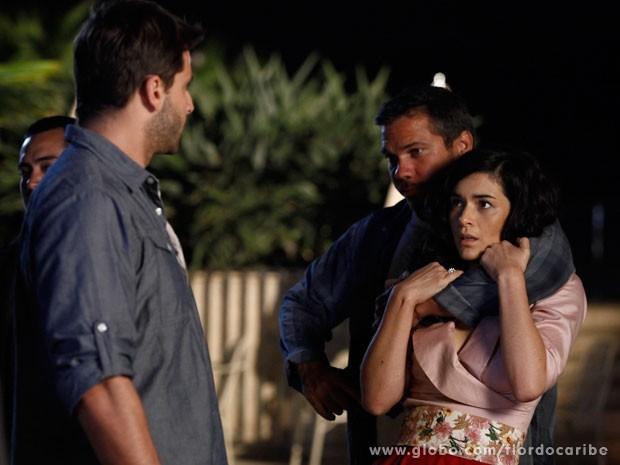 Cristal é feita refém pelos capangas de Gonzalo (Foto: Flor do Caribe / TV Globo)