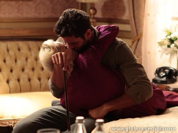 Vedete consola o amado e dá um beijão nele (Foto: Pedro Curi/TV Globo)