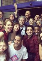 Karen Junqueira posa com elenco de 'Haja Coração' na reta final da trama