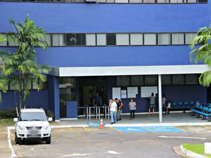 Dez minutos antes de os portões serem fechados, poucos candidatos ainda estavam do lado de fora da universidade Martha Falcão (Foto: Suelen Gonçalves/G1 AM)