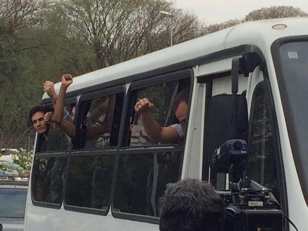 Detidos antes de protesto contra Temer chegam para audiência de custódia no Fórum da Barra Funda (Foto: Glauco Araújo/G1)