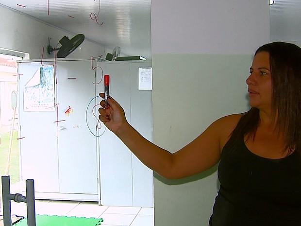 Sem lousa, professora passa lição em porta de vidro (Foto: Ely Venâncio/EPTV)