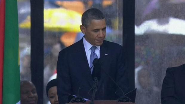 O presidente dos EUA, Barack Obama, discursa nesta terça-feira (10) em homenagem a Nelson Mandela na África do Sul (Foto: AP)