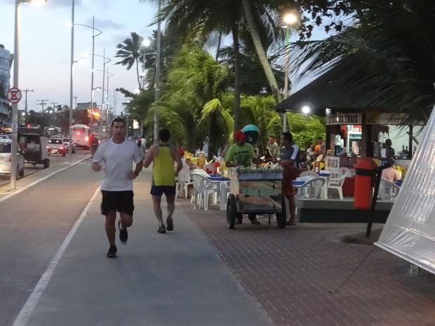 pessoal correndo na olra de Maceió (Foto: Fabiana De Mutiis/G1)
