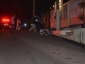 Polícia Técnico Científica fez a retirada do corpo de assaltante (Foto: Gabriel Dias/G1)