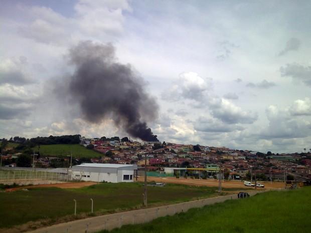 Incêndio em fábrica de malhas pode ser visto de longe em Bueno Brandão (Foto: Laine Ayres)