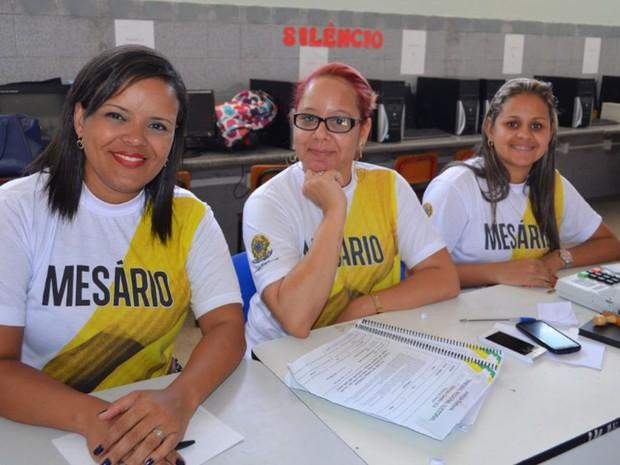 Moema Gonçalves, ao centro, divide mesa com colegas voluntárias (Foto: Marina Fontenele/G1)