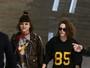 Kristen Stewart e nova namorada, Soko, não se desgrudam em aeroporto