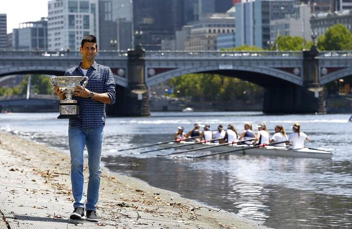 Djokovic com o troféu do Aberto da Austrália, em Melbourne (Foto: EFE)
