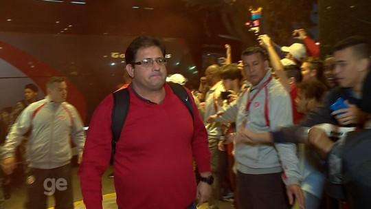 Torcedores recepcionam grupo do Inter com protesto em Pelotas; veja vídeo