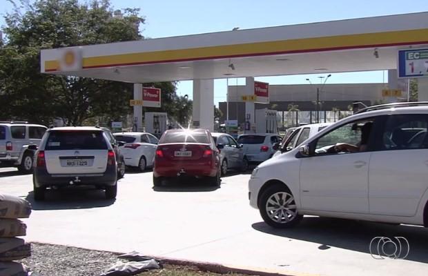 Filas em postos de combustíveis em Goiânia, Goiás (Foto: Reprodução/ TV Anhanguera)