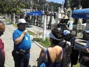Historiador Milton Teixeira conduz a visita guiada no São João Batista (Foto: Cristina Boeckel/G1)