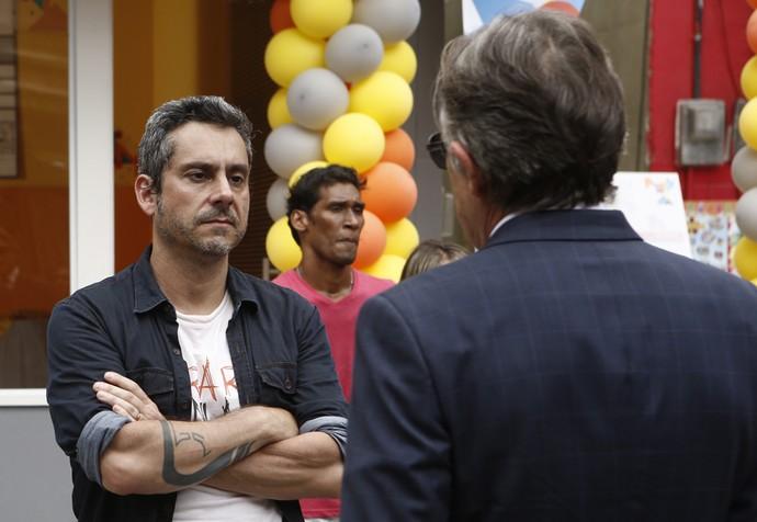Quando Gibson aparece, Romero encara o ex-sogro... (Foto: Inácio Moraes / Gshow)