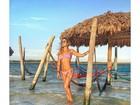 Gabriela Pugliesi exibe o corpão, de biquíni, em cenário paradisíaco