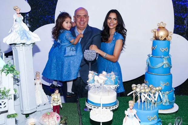 Daniela Albuquerque com o marido Amilcare Dallevo Jr e a filha Alice (Foto: Manuela Scarpa/ Foto Rio News)
