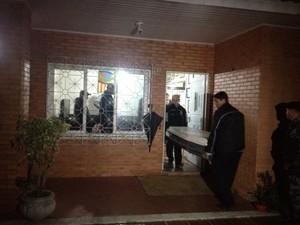 Corpo é retirado da casa após a realização da perícia (Foto: Luciane Kohlmann/RBS TV)