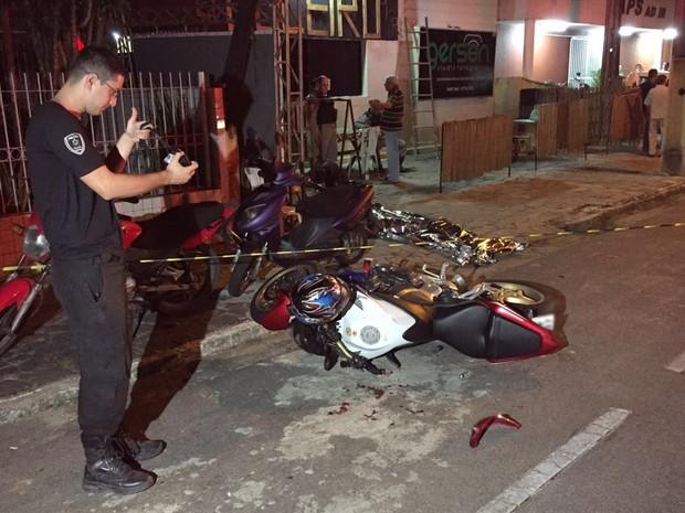 Acidente entre moto e táxi aconteceu no bairro da Torre, em João Pessoa (Foto: Walter Paparazzo/G1)