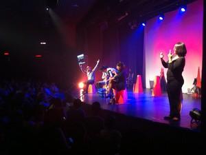 Enquanto a peça acontecia, uma intérprete narrava cada momento (Foto: Davidson Fortunato/G1)
