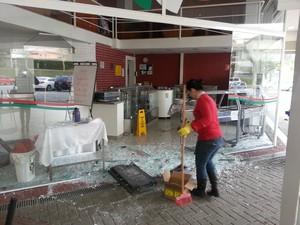 Funcionário de restaurante atingido por explosão de caixa limpa estilhaços de vidro (Foto: Lenina Velloso/TV Diário)