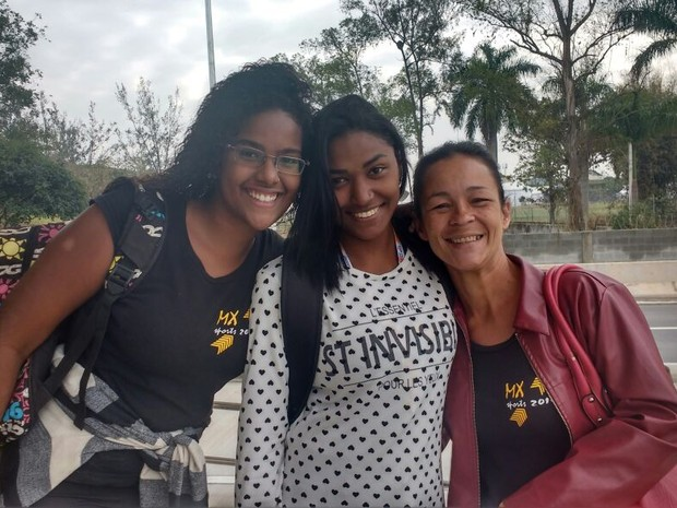 Caroline Ribeiro, Vanessa Leite e Ester Cândida aguardavm o BRT na manhã desta terça em Magalhães Bastos (Foto: Elisa Souza / G1)