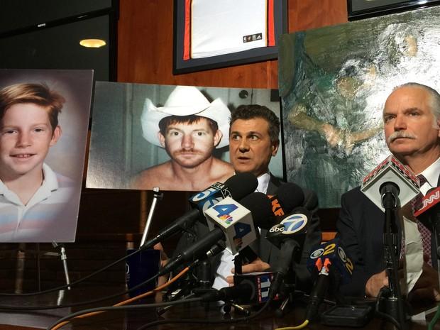 Cercado de fotos de seu filho, Kelly Thomas, Ron Thomas fala após cidade na Califórnia ser condenada a lhe pagar US$ 4,9 milhões pela morte de seu filho que foi espancado (Foto: Robert Jablon/AP)