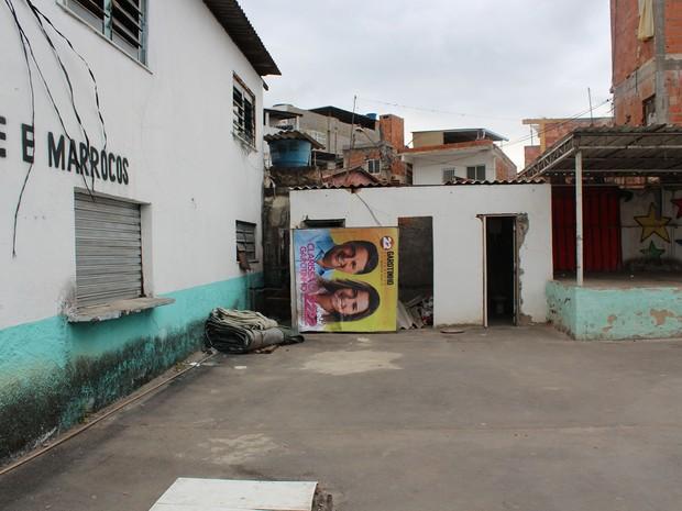 Placa dos candidatos Anthony Garotinho e Clarissa Garotinho, ambos do PR, foi encontrada pelo TRE-RJ na Maré (Foto: Divulgação/TRE-RJ)