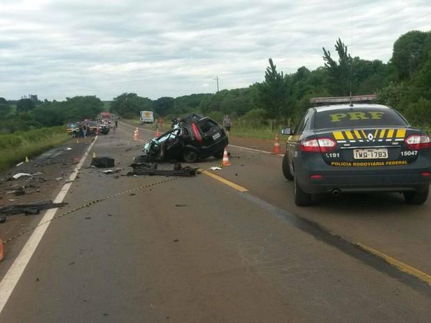 Acidente, quatro mortos, Santo Antônio do Planato, RS, carro, caminhão, colisão, frontal (Foto: Dulci Sachetti/RBS TV)