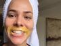 Adriana Sant'Anna aparece com cera quente no rosto: 'Depilando bigode'