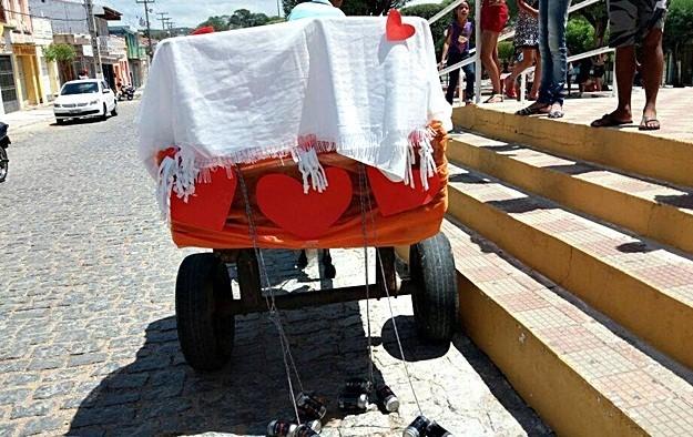 Charrete foi enfeitada com latinhas para fazer barulho na saída dos noivos (Foto: Gilberto Angelo/Arquivo Pessoal)