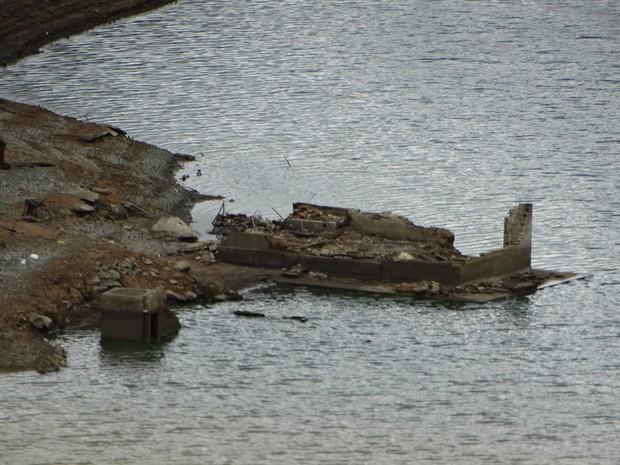 Construções submersas na Barragem de Jucazinho, em Surubim (Foto: Paula Cavalcante/ G1)