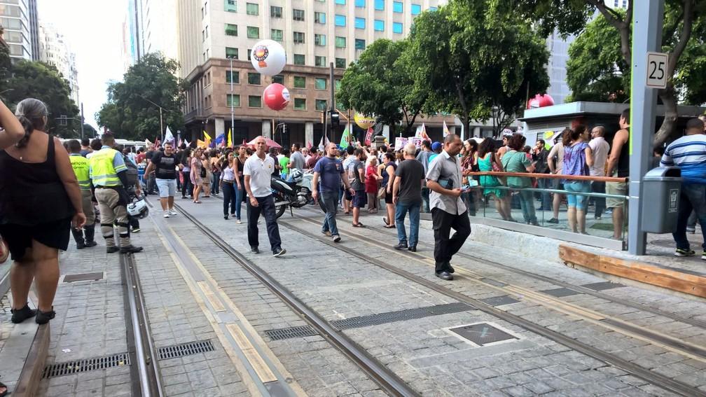 Veículo Leve sobre Trilhos (VLT) também não circula no trecho entre a Praça Mauá e a Avenida Graça Aranha (Foto: Carlos Brito/G1)