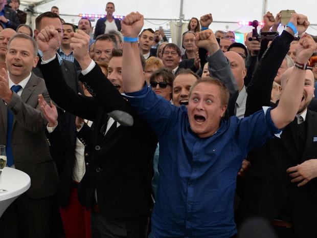 Membros e seguidores do partido AfD celebram resultados das eleições regionais no estado de Mecklemburgo-Pomerânia Ocidental (Foto: (Daniel Bockwoldt/DPA/AP)