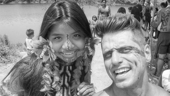 Fernando Fernandes posa com menina indígena (Foto: Reprodução / Instagram)