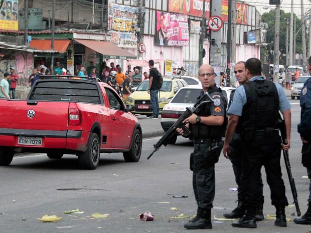 Moradores protestaram em Manguinhos, zona norte do Rio, após morte de adolescente (Foto: Paulo Campos/Estadão Conteúdo)