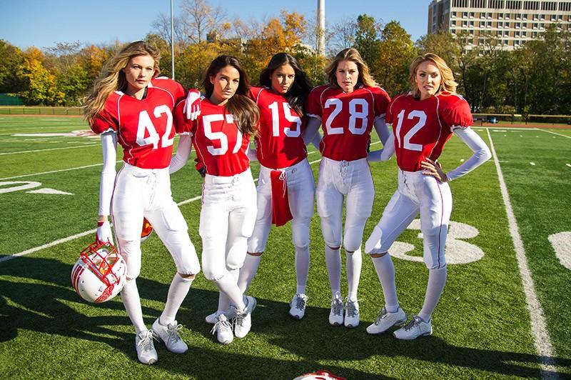 08956dd23 Angels vestem uniforme e jogam futebol americano - Vogue