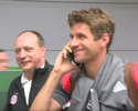 Thomas Müller foge de jornalistas falando no... passaporte?!