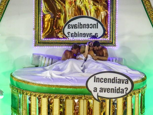 Dois casais juntos na cama participam de desfile da Mocidade (Foto: Rodrigo Gorosito/G1)