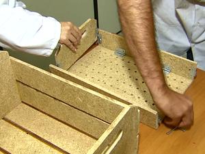 Caixas são feitas a partir de material reutilizado em Pirassununga (Foto: Reginaldo dos Santos / EPTV)