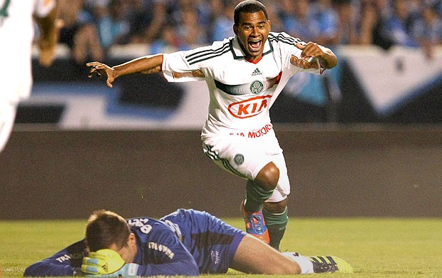 Mazinho comemora gol do Palmeiras contra o Gr&#234;mio (Foto: Ag. Estado)