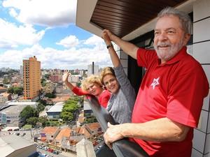 Lula, Dilma Rousseff e Marisa Letícia acenam para os militantes da sacada do apartamento do ex-presidente em São Bernardo do Campo (Foto: Roberto Stuckert Filho/Presidência da República)