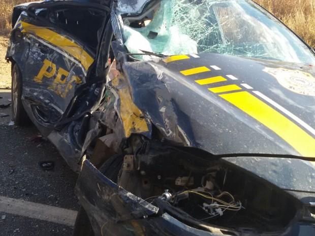 Policial morre após acidente entre carro da PRF e carreta na BR-050 em Goiás (Foto: Divulgação/PRF)