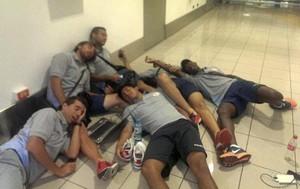 Real Garcilaso dorme em aeroporto (Foto: Reprodução / Facebook)