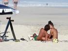 Aline Riscado troca beijos com Felipe Roque em dia na praia