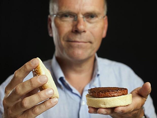 Professor Mark Post, chefe da pesquisa na Universidade de Maastricht, na Holanda (Foto: David Perry/Reuters)