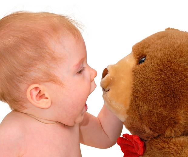 Bebê com ursinho de pelúcia (Foto: Shutterstock)