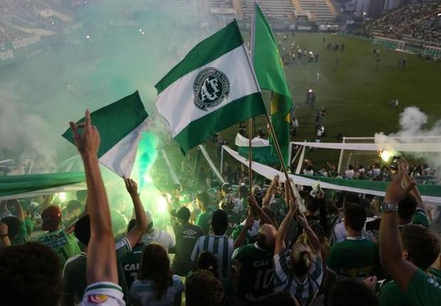 Fãs do Chapecoense fazem tributo na Arena Condá após a tragédia (Foto: Paulo Whitaker/Reuters )