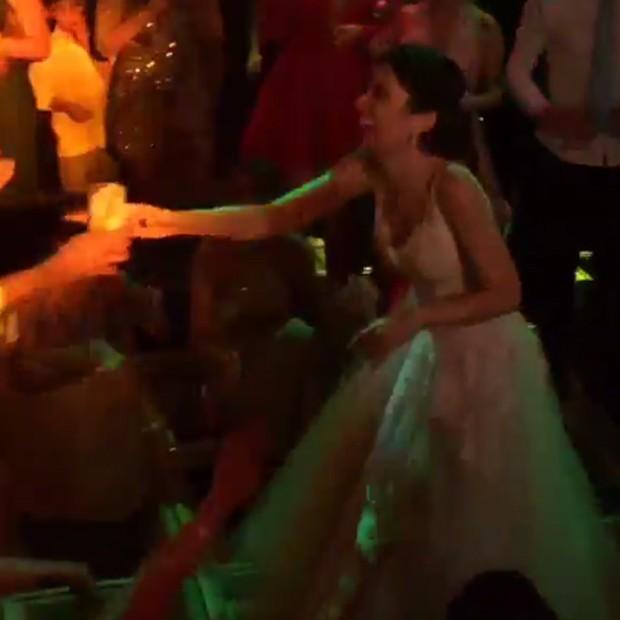 Noiva se diverte em pista de dança (Foto: Reprodução/Instagram)