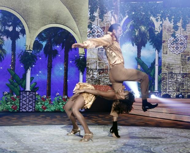 Giba salta durante dança (Foto: Inácio Moraes/ TV Globo)